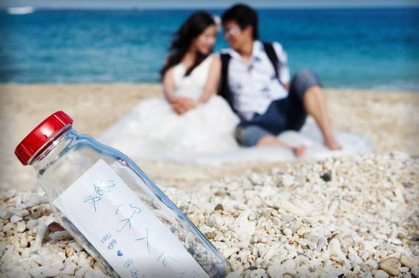 在沙滩加上白色纱幔装饰的海边旁,签下爱的誓约,如瓶中信般漂向大海