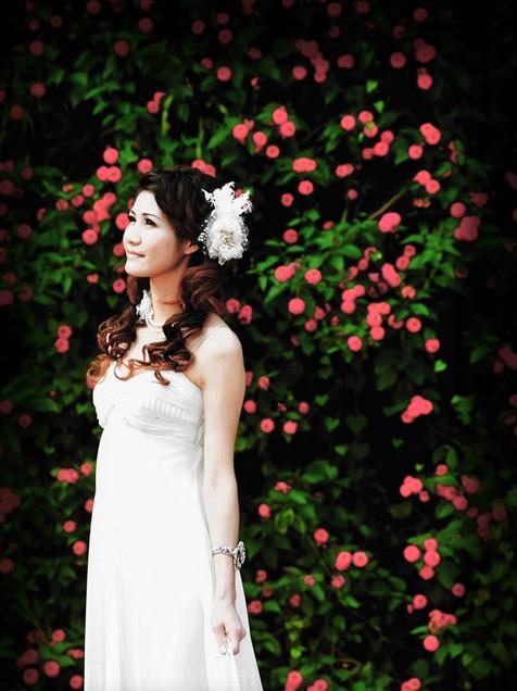 婚礼 婚礼造型  像我在看到的这个造型就没有盘起来压 将头发整齐地往图片